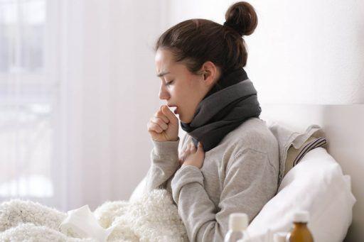 Młoda kobieta leży chora w łóżku